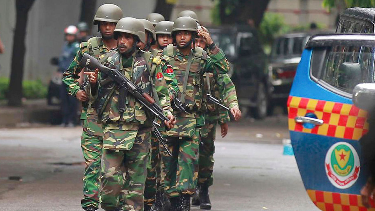 Bangladeshi policemen clear out an area to facilitate action against heavily armed militants who struck at the heart of Bangladesh's diplomatic zone on Friday, 1 July 2016. (Photo: AP)
