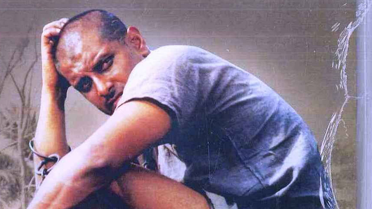 A still from <i>Sethu (</i>1999). Vikram plays an 'intense' boy who falls in love with a Brahmin girl. He stalks her, molests her and beats her up to convey his intentions. Vikram's character 'Chiyaan'<i> </i>has a cult following now. (Photo: Amazon.in)