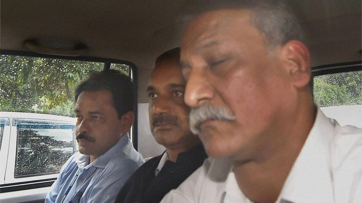 Former Delhi Principal Secy Rajendra Kumar (Centre) was granted bail by CBI court on 26 July 2016. (Photo: PTI)