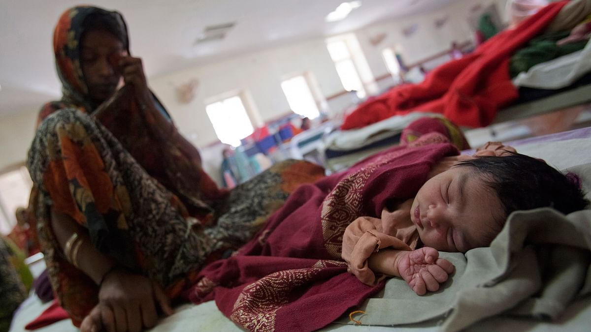A woman sits on a bed along with her newborn baby at a district hospital in Shivpuri, Madhya Pradesh. (Photo: Reuters)