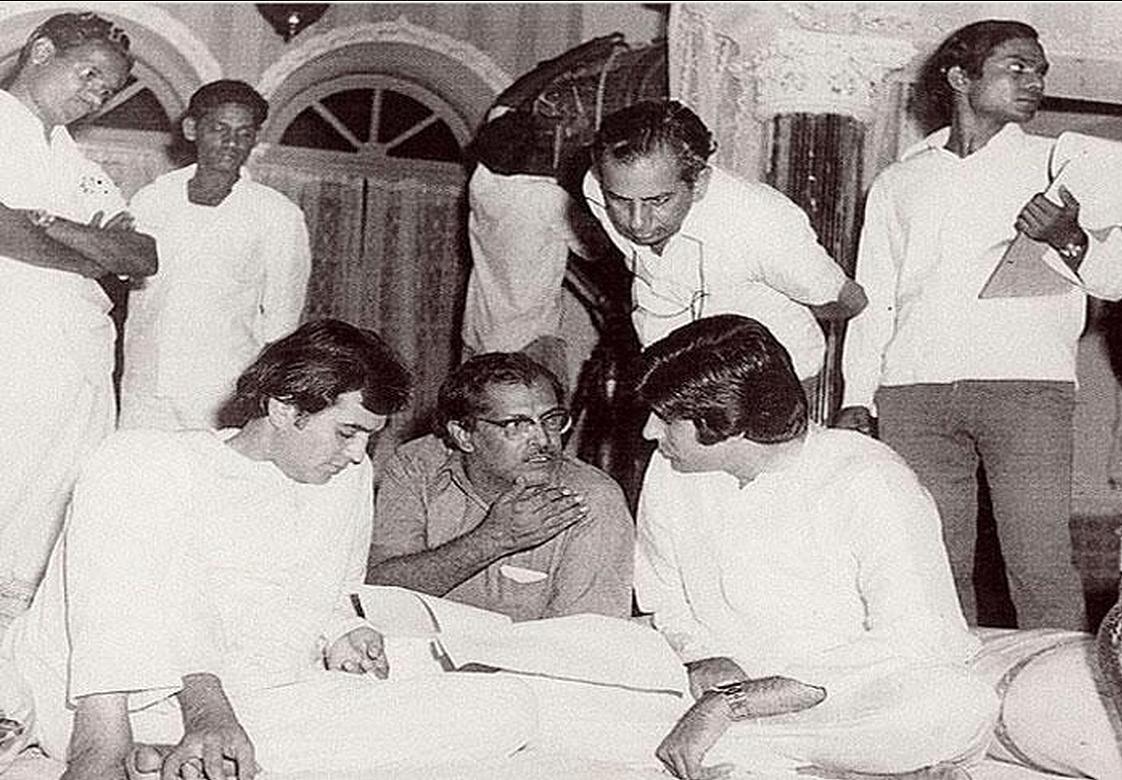 Hrishikesh Mukherjee with Amitabh Bachchan and Rajesh Khanna during the shooting of <i>Namak Haram</i> (Photo: Twitter/@Indianhistorypics)