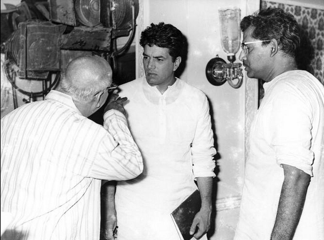 A photo from Mukherjee's <i>Satyakam</i> shoot. Actor David Abraham (L) talks to Dharmendra (centre) as Mukherjee (R) looks on (Photo: Twitter/@jaiarjun)