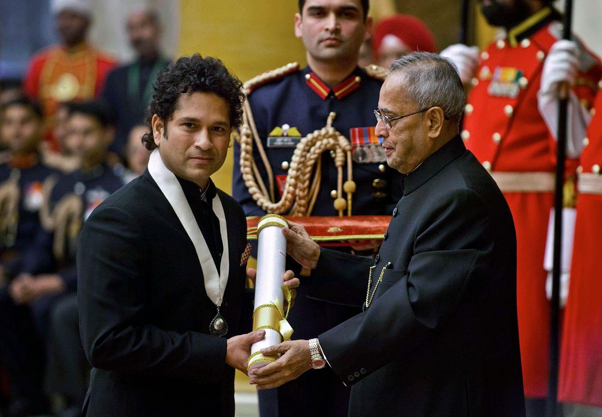 Sachin Tendulkar (L) receives the Bharat Ratna award from the President Pranab Mukherjee at the Rashtrapati Bhavan in New Delhi on 4 February  2014.