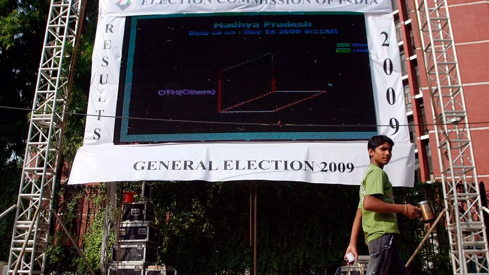 A man walks past an electronic screen displaying election results outside the office of the election commission in New Delhi,  16 May, 2009. (Photo: Reuters)