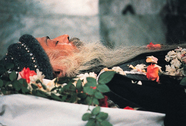 """Osho's body was kept for <i>darshan</i> at his Pune ashram  for only 10 minutes. (Photo Courtesy: <a href=""""http://www.otoons.com/death/d5.htm#sthash.fCb7htRw.dpbs"""">otoons.com</a>)"""