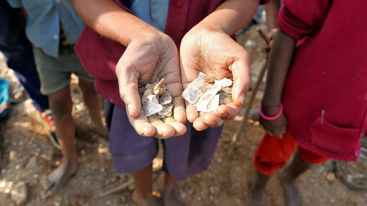 A girl shows some of the mica flakes she has collected whilst working in a open cast illegal mine in Giridih district in Jharkhand, India, January, 2016. (Photo: Reuters)