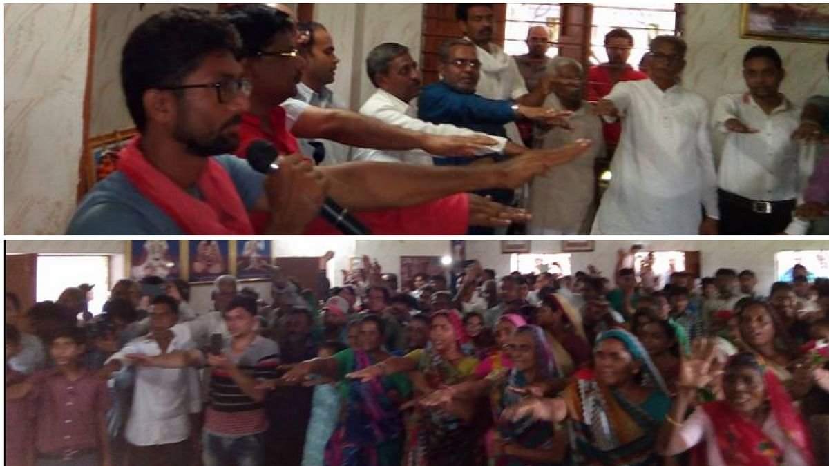 """Jignesh Mevani administers a vow to the Dalits of Dholka block of Ahmadabad district to quit  disposing  dead cattle and  demand land from the government. (Photo Courtesy: Facebook/<a href=""""http://v/"""">Jignesh Mevani</a>)"""