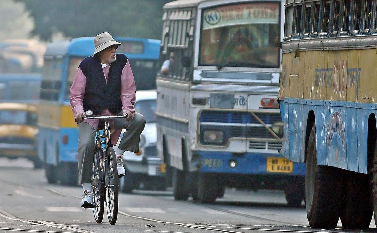 A still of Amitabh Bachchan cycling on Kolkata's roads in <i>Piku. (</i>Avishek Mitra/ <b>The Quint</b><i>)</i>