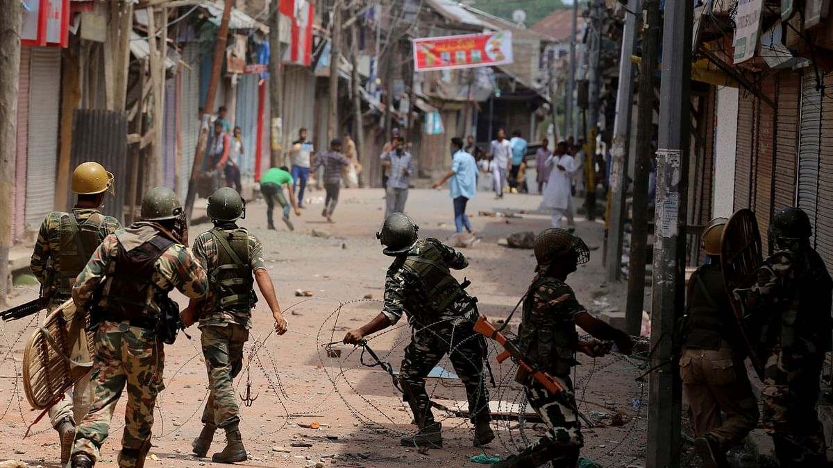 Not much has changed, it seems, since the summer of 2010, when young Kashmiri protesters took to the streets and hurled stones at army soldiers. (Photo: Daanish Bin Nabi/ <b>The Quint</b>)