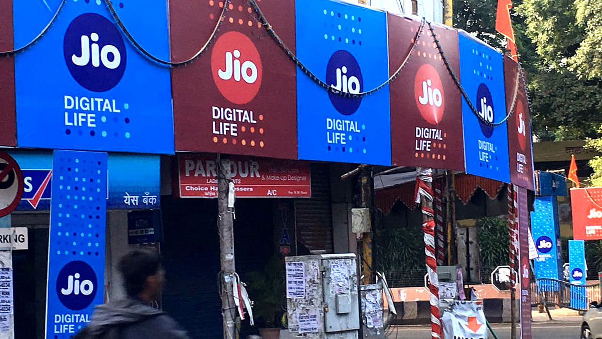 Reliance Jio boards flying across stores in Mumbai. (Photo: <b>The Quint</b>)