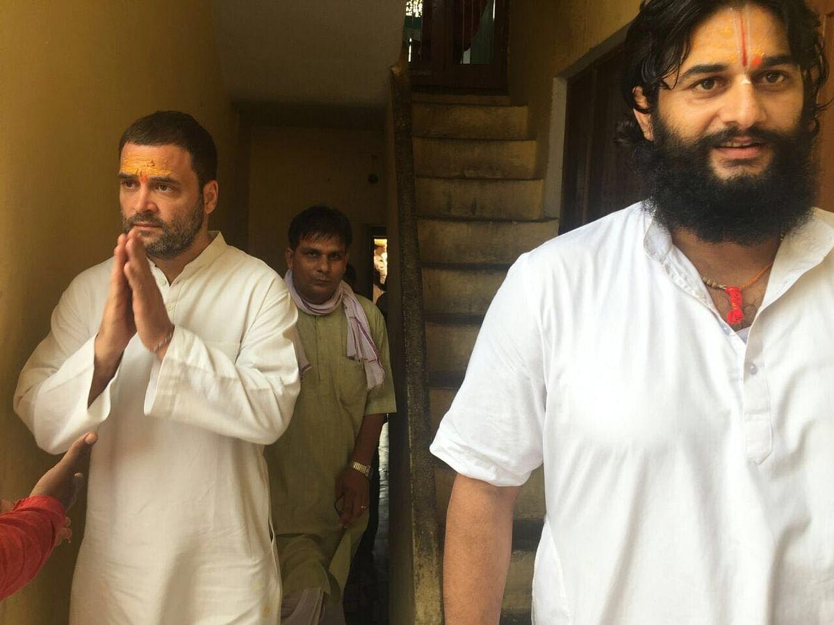 Rahul Gandhi on his way to meet Mahant Gyandas. (Photo: Neeraj Gupta/ The Quint)