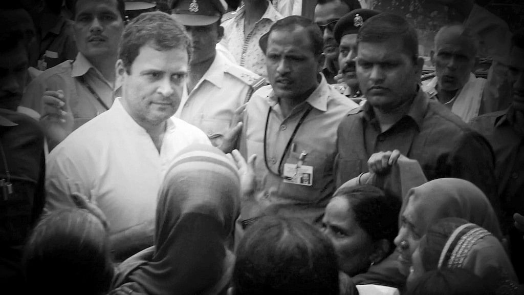 Anganwadi workers raised slogans as they stopped Rahul Gandhi's convoy in Gaurigunj, Uttar Pradesh on 2 September. (Photo Courtesy: ANI Screegrab/ Altered by <b>The Quint</b>)