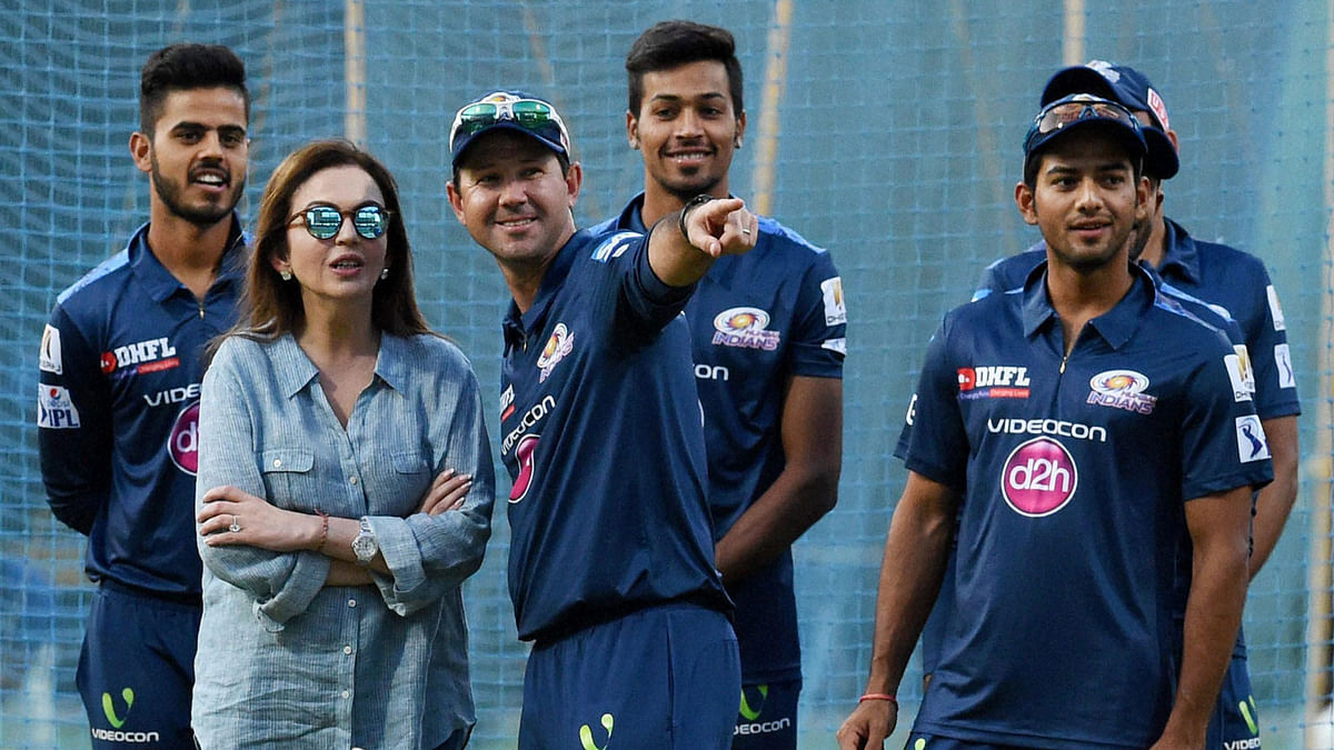 Former Australian skipper Ricky Ponting with the owner of Mumbai Indians Nita Ambani and the team. (Photo: AP)