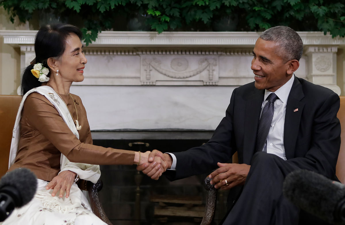 Barack Obama shakes hands with  Aung San Suu Kyi as they speak to media at the conclusion of a meeting in the Oval Office of the White House in Washington, Wednesday, 14 Sept 2016. (Photo: AP)