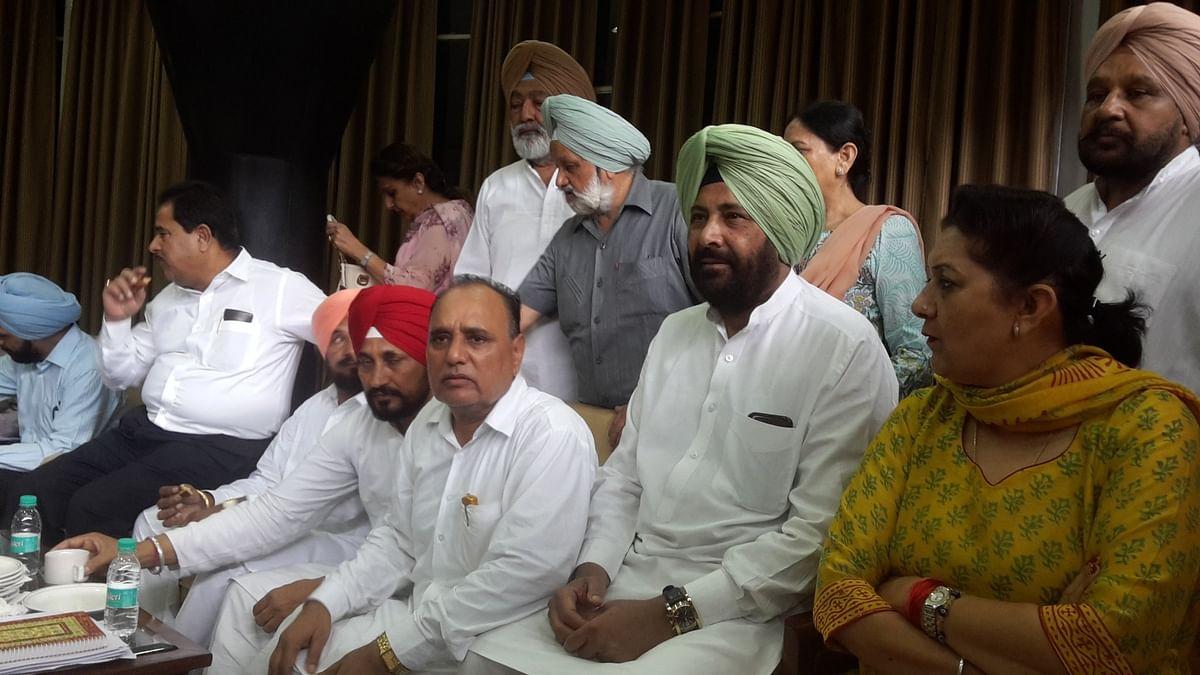 "Congress MLA Tarlochan Singh hurled a shoe at Punjab Minister Bikram Singh Majithia. (Photo Courtesy: <a href=""https://twitter.com/manaman_chhina/status/775940695567634432"">Twitter/Man Aman Chhina</a>)"