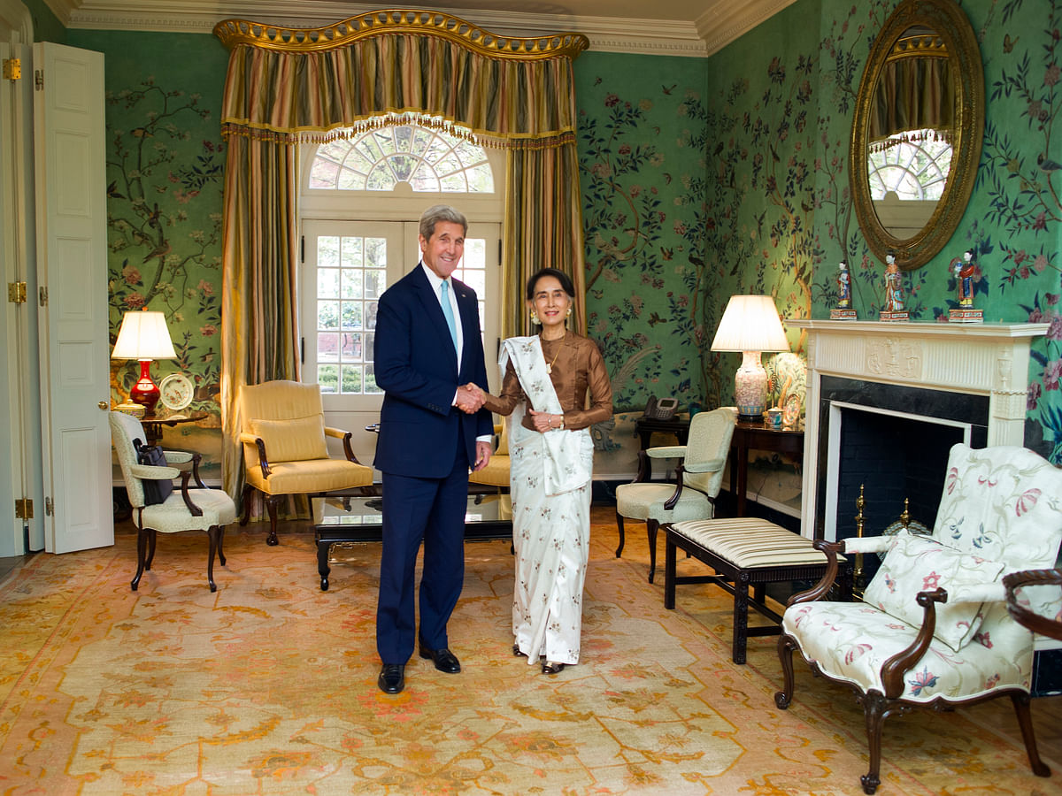 Secretary Kerry and Myanmar leader Aung San Suu Kyi pose for a photograph prior to having lunch at Blair House in Washington. (Photo: AP)