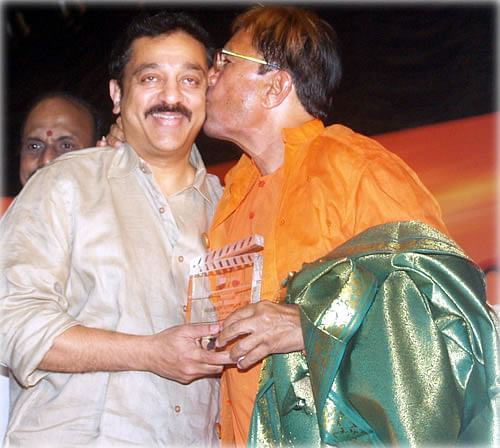 """Kamal Haasan and Rajesh Khanna at the All India Film Federation Employees Conference. (Photo courtesy: <a href=""""http://www.behindwoods.com/tamil-movie-news-1/oct-09-02/fefsi-09-10-09.html"""">www.behindwoods.com</a>)"""
