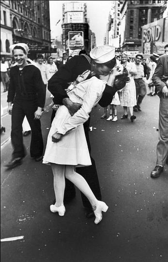 "'VJ Day in Times Square', the iconic photo of a sailor kissing Greta Friedman at the end of the second World War. (Photo: Twitter/<a href=""https://twitter.com/luqmanyamin/status/667004878552608769"">Luqman al zauj</a>)"