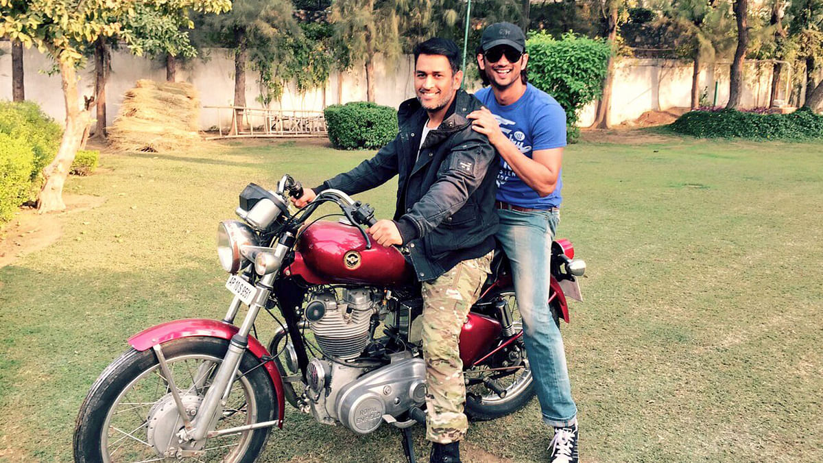 MS Dhoni and Sushant Singh Rajput goofing around while they wait for the release of <i>MS Dhoni: The Untold Story. </i>(Photo courtesy: Twitter)