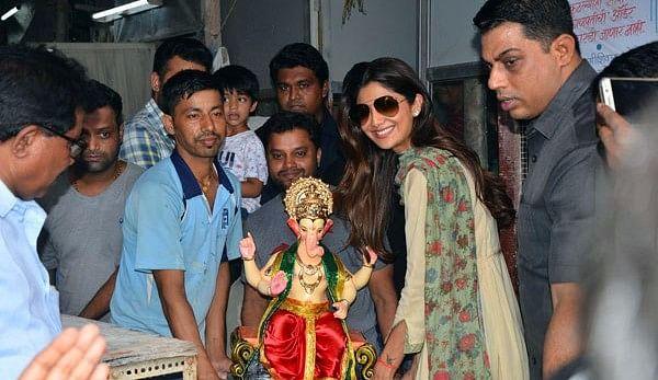 "Shilpa Shetty welcomes the Elephant god. (Photo courtesy: <a href=""https://twitter.com/bollywoodkaraja/status/772400445629222912"">Twitter/bollywoodkaraja</a>)"