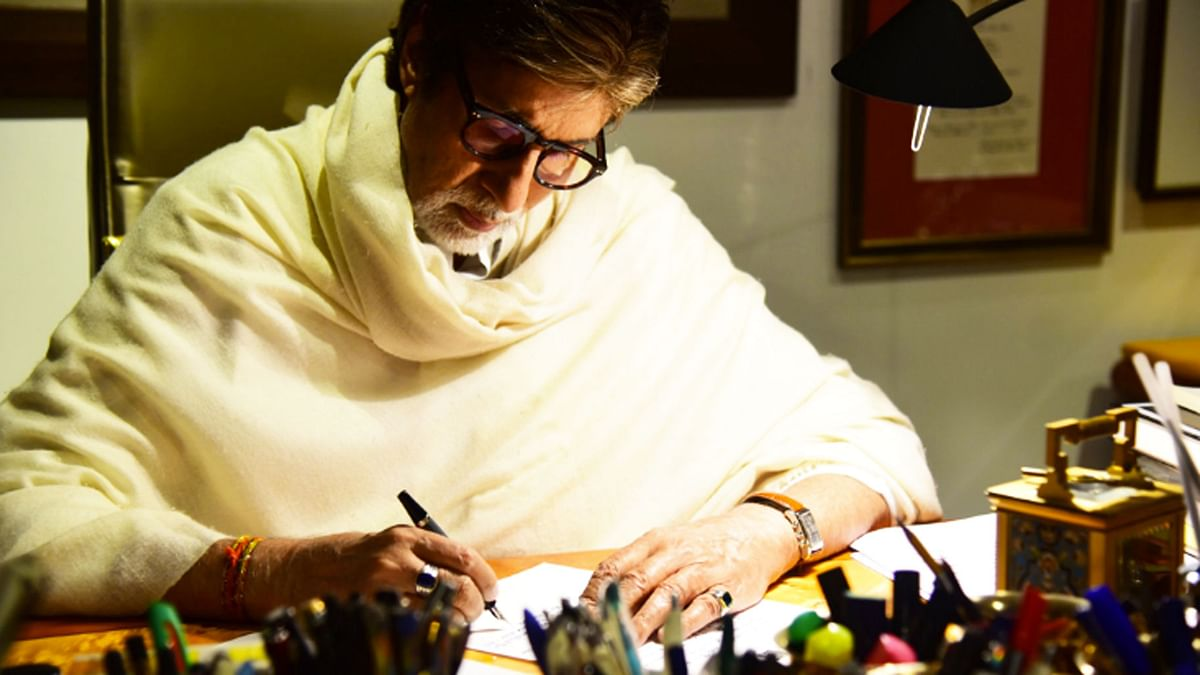 Amitabh Bachchan writes down his thoughts for his grandkids. (Photo courtesy: Twitter/SrBachchan)