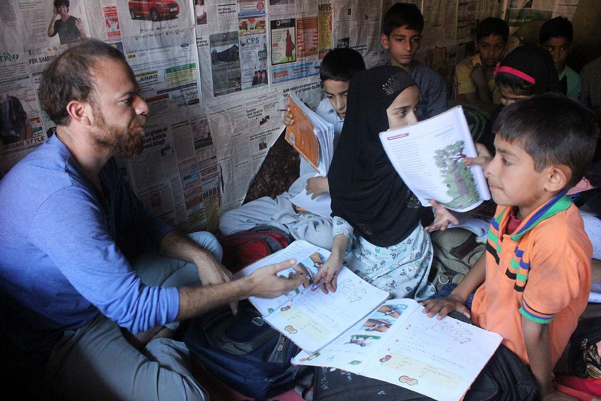 A student volunteer taking a class in Kashmir's 'curfew schools.' (Photo Courtesy: Muneeb Ul-Islam)