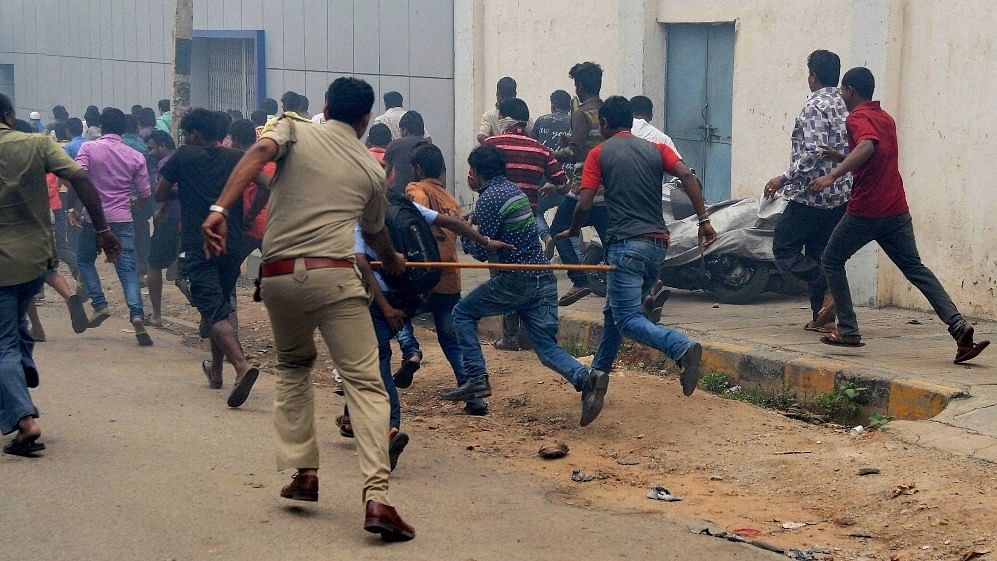Police personnel disperse pro-Kannada activists during their violent protest over Cauvery water row, in Bengaluru, 12 September, 2016. (Photo: PTI)
