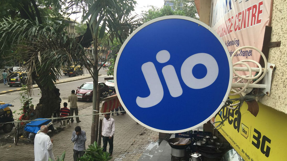 Jio board outside a store in Mumbai. (Photo: BloombergQuint)