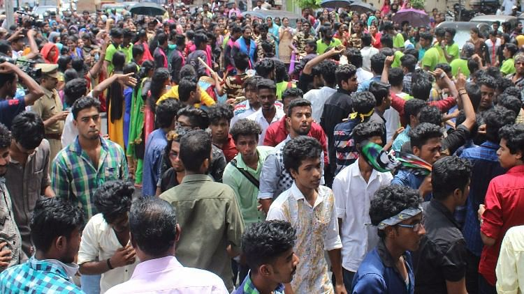 A large group of students from Kerala University on Thursday blocked traffic in Thiruvananthapuram for almost two hours. (Photo Courtesy: The News Minute)