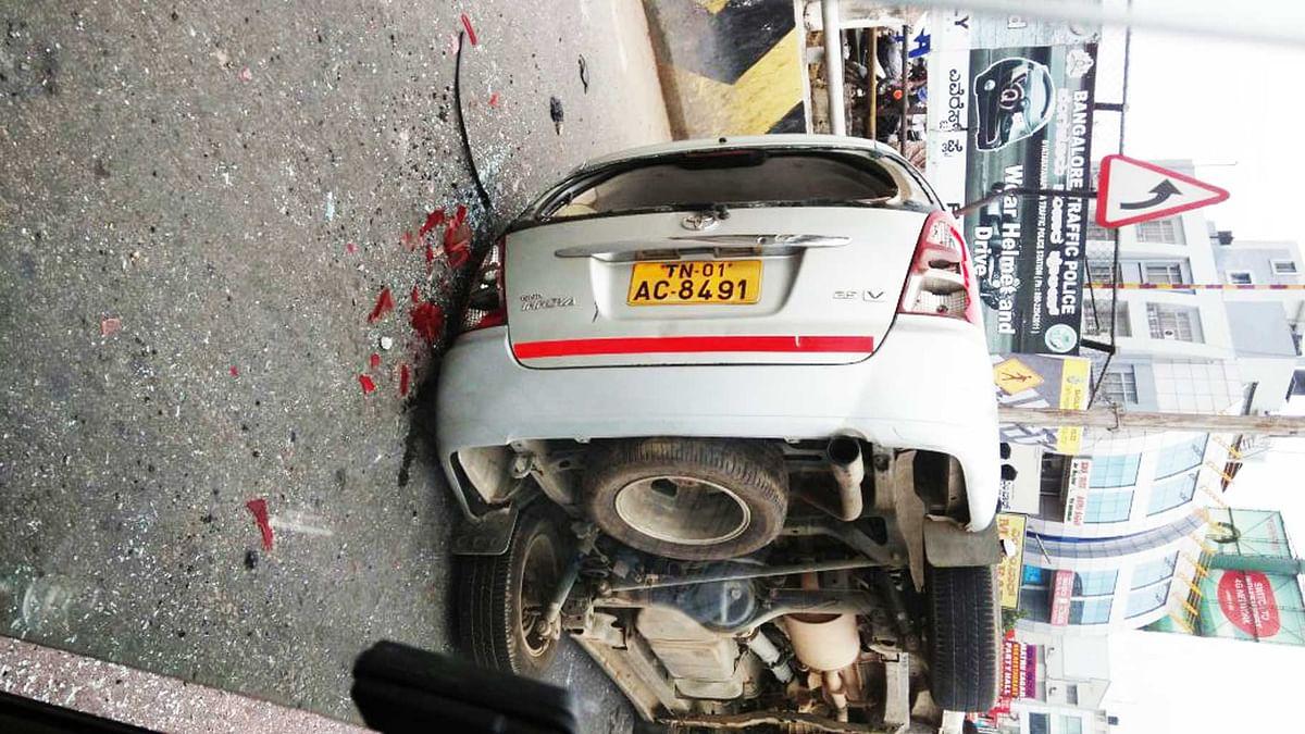 A Tamil Nadu registered vehicle lies damaged on road in Bengaluru (Photo: <b>The Quint</b>)