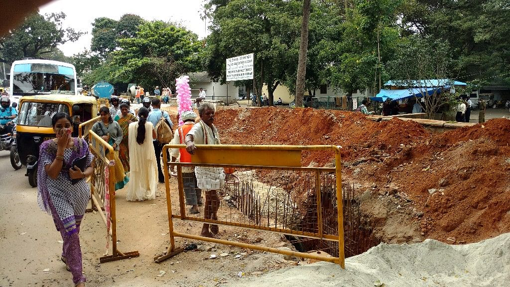 Construction underway to widen the roads in Bengaluru. (Photo: Subir Ghosh/ <b>The Quint</b>)