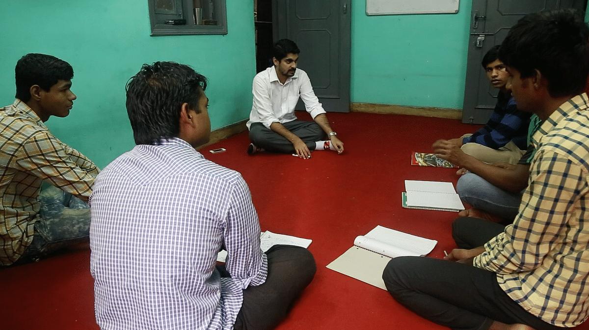 Formerly homeless boys take English grammar lessons from Irtiza Quraishi at the Marham Hostel (Photo: Adi Prakash/<b>The Quint</b>)
