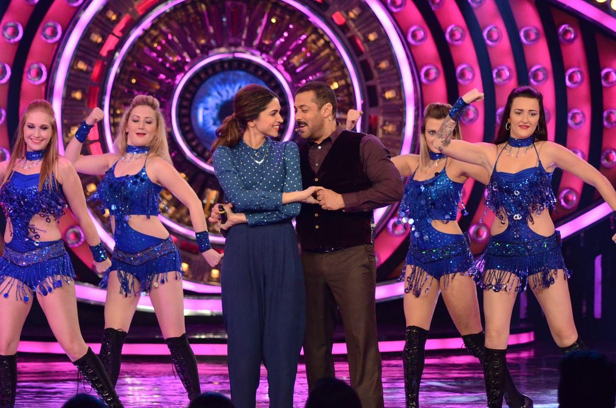 Deepika and Salman show off some cool moves on <i>Bigg Boss </i>season 9<i>.</i><i> </i>(Photo courtesy: <i>Colors TV</i>)