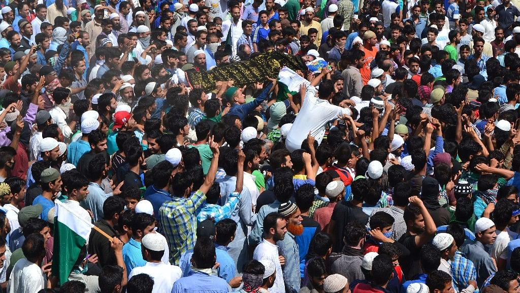 Funeral of Daanish Rasool Mir  in Baramulla district who was killed after policemen fired at him in Batapora, Sopore. (Photo: <b>The Quint</b>)