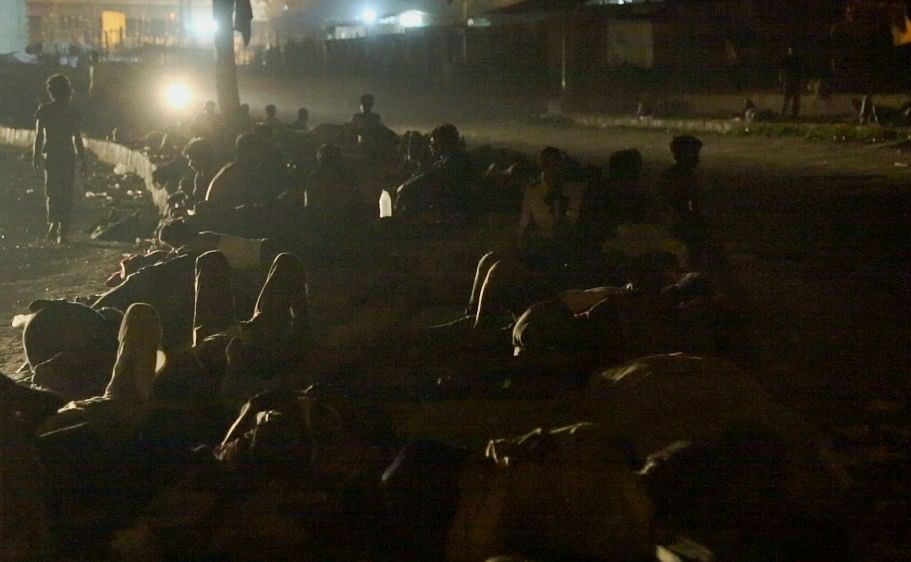 Delhi's homeless sleep on dividers. The breeze from passing cars helps against mosquitoes and the heat. (Photo: Adi Prakash/&nbsp;<b>The Quint</b>)