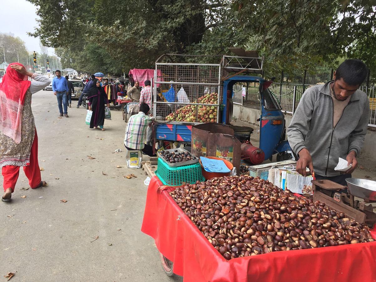 'Kashmiri <i>singada</i>' vendors on the streets of Srinagar. (Photo: The Quint/Poonam Agarwal)