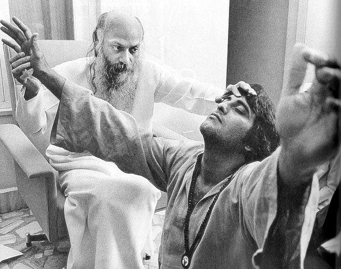 Osho Rajneesh with Vinod Khanna. (Photo Courtesy: Twitter)