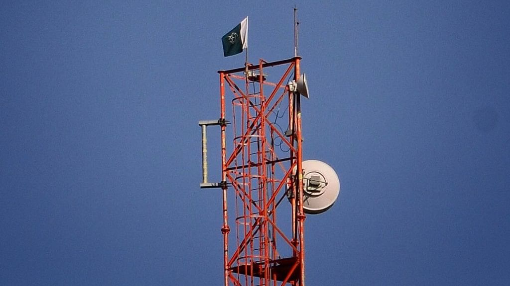 A Pakistani flag flies atop a mobile phone tower close to the army's base camp at Chowkibal. (Photo: Jaskirat Singh Bawa/ <b>The Quint</b>)