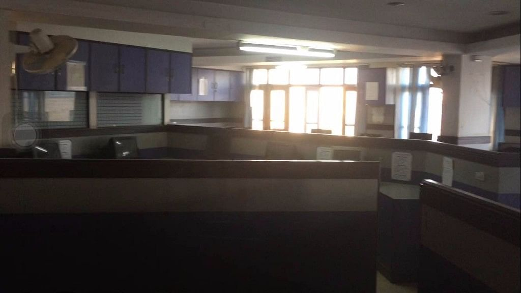 Empty office of <i>Kashmir Reader.</i> The daily has been banned by the  state govt  since 2 October, 2016. (Photo: Parth MN/ <b>The Quint</b>)