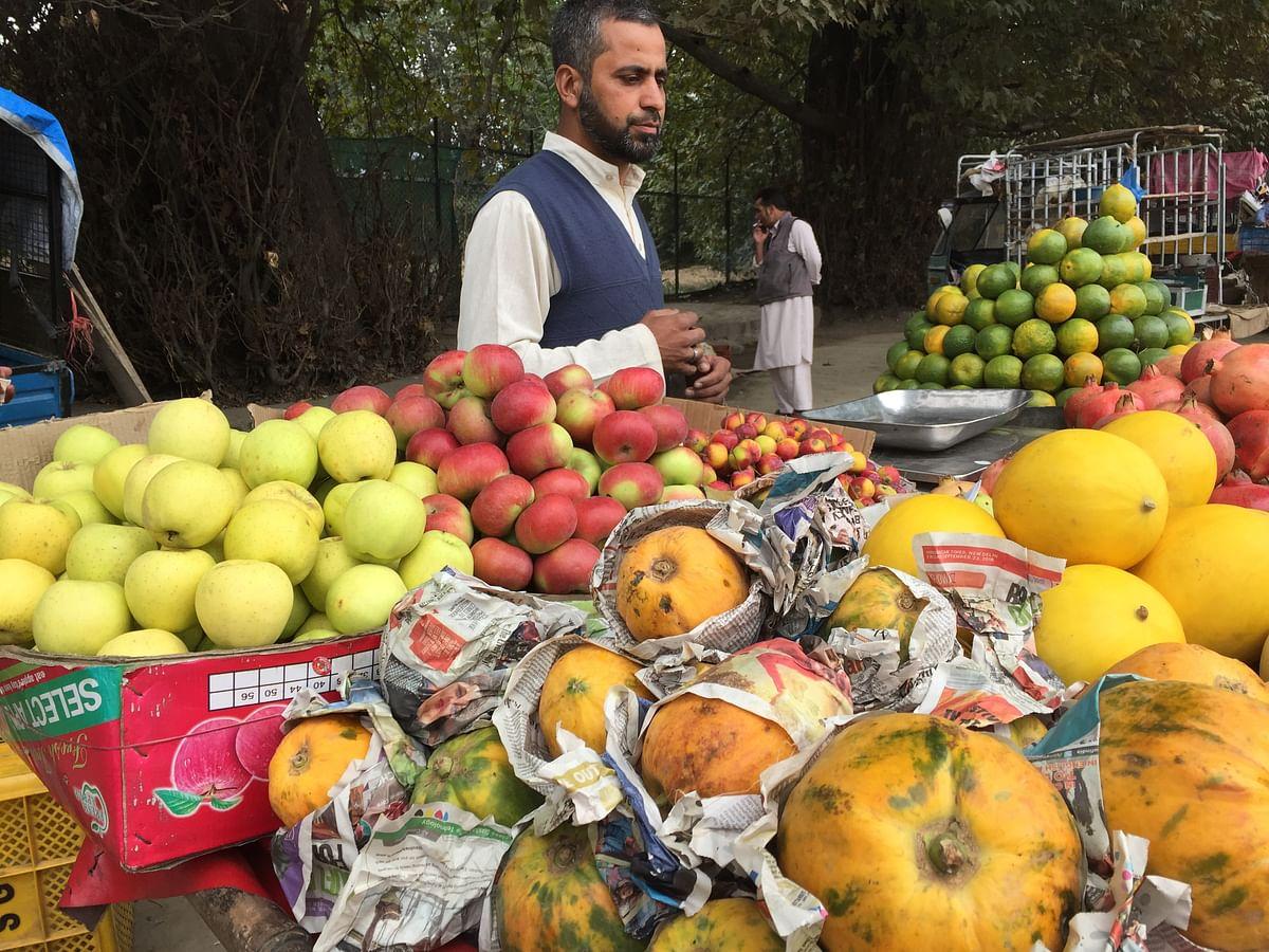 A fruit seller  sells his wares  in Srinagar. (Photo: The Quint/Poonam Agarwal)