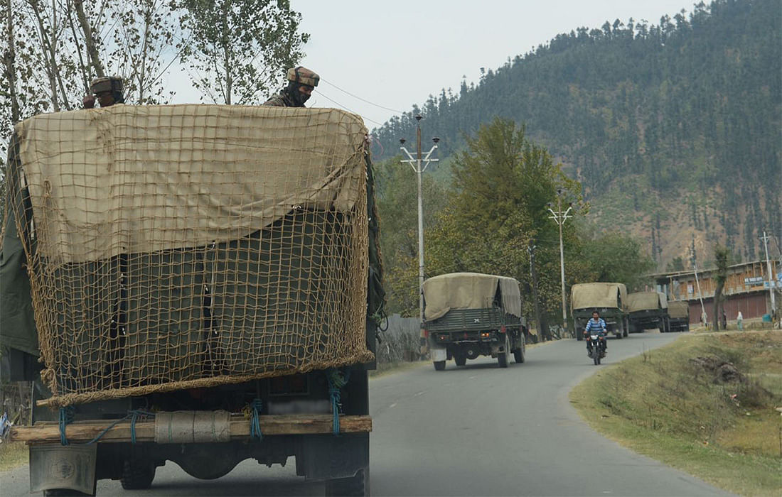 Army trucks on their way to Chowkibal in Kupwara. (Photo: Jaskirat Singh Bawa/ <b>The Quint</b>)