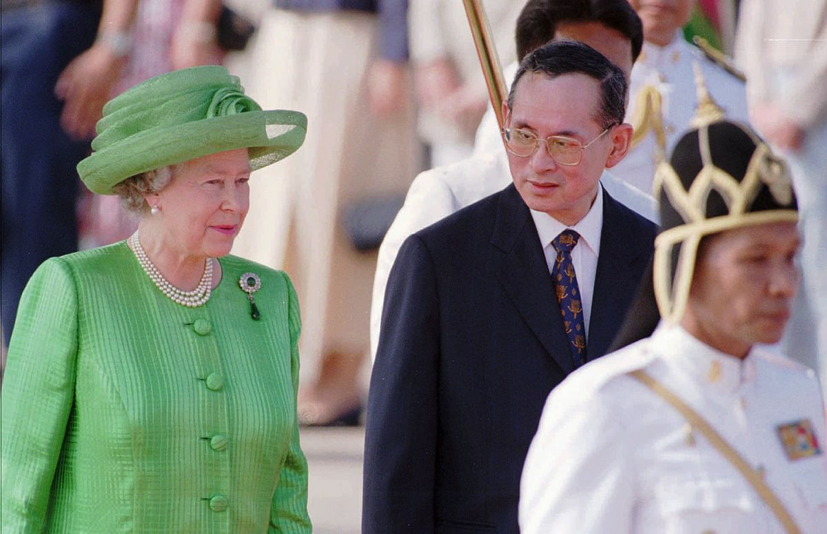 In this 28 Oct 1996, file photo, Thailand's King Bhumibol Adulyadej, second right, walks with Britain's Queen Elizabeth II. (Photo: AP)