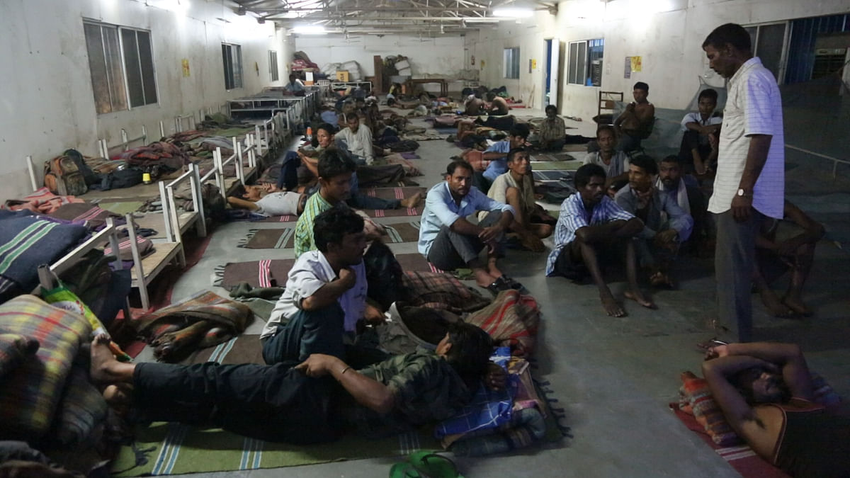 The inside of Geeta Ghat night shelter. Lice-ridden blankets, mosquitoes and heat are the enemies of sleep here. (Photo: Adi Prakash/<b>The Quint</b>)
