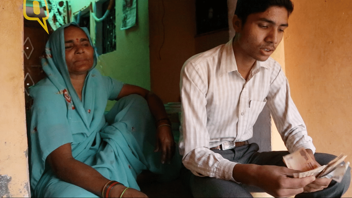 18-year-old Vijay counts the Rs 227 left in his house after the note ban (Photo: Adi Prakash/<b>The Quint</b>)