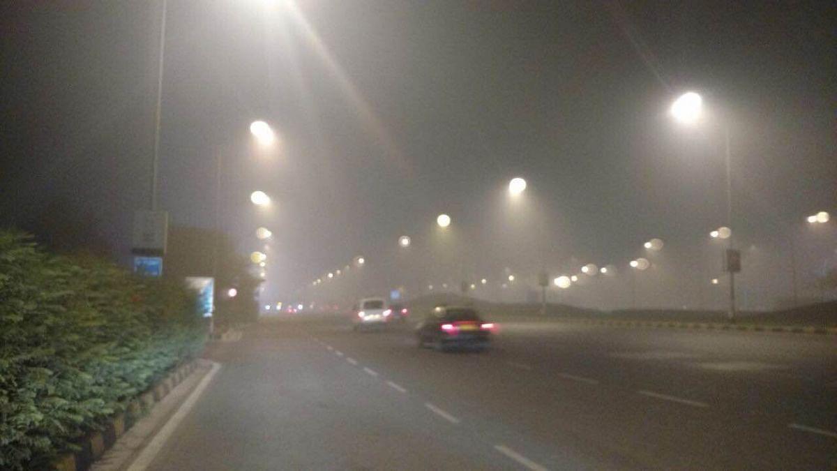 Smog decends on Shanti Path. (Photo: Monica Sarup/<b>The Quint</b>)