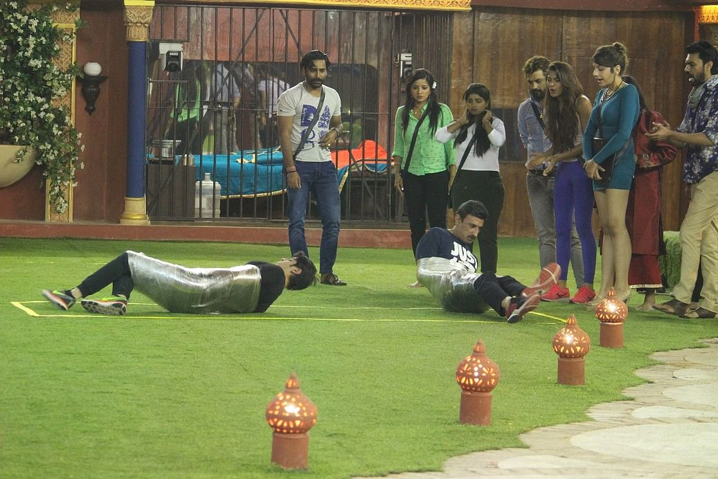 Rohan and Rahul compete in a weird task. (Photo courtesy: Colors TV)
