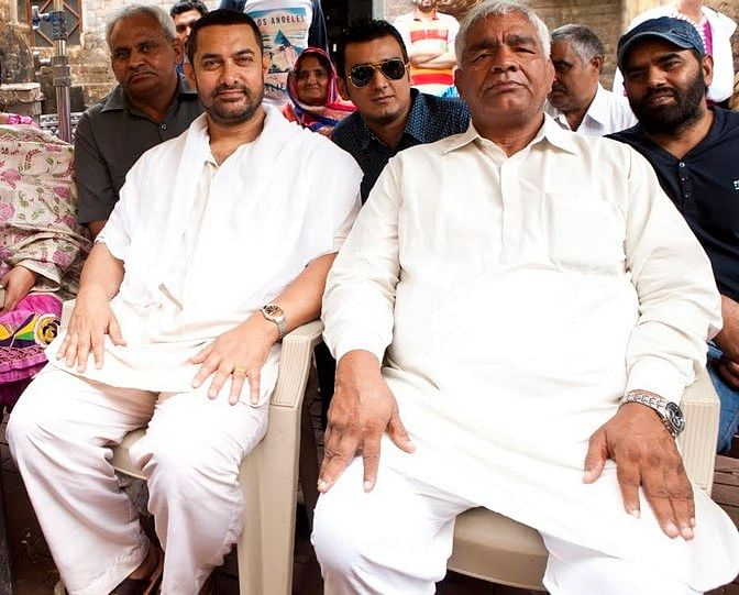 Reel vs Real: Aamir Khan meets the real Mahavir Phogat, who the actor will be playing in the film <i>Dangal.</i>