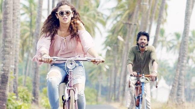 Alia Bhatt and Shah Rukh Khan in a still from <i>Dear Zindagi</i>.