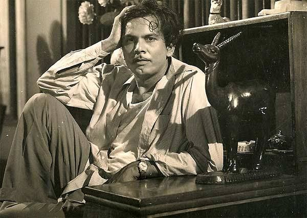 """Johnny Walker on the sets of a film. (Photo courtesy: <a href=""""https://www.facebook.com/bijlinews/photos/pcb.405132753210291/405131983210368/?type=3&amp;theater"""">Facebook/bijlinews</a>)"""