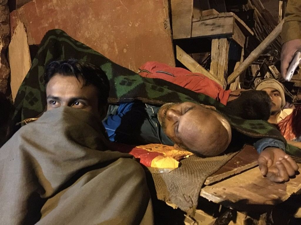 People hunker down in blankets in the overnight queue for an ATM in Seelampur, Delhi. (Photo: <b>The Quint</b>/  Adi Prakash) &nbsp; &nbsp; &nbsp; &nbsp; &nbsp; &nbsp; &nbsp; &nbsp; &nbsp; &nbsp;